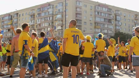 jogador de futebol : Fans of Swedish national football team chanting and dancing supporting players