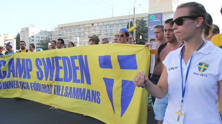 İsveççe : Fans of national Swedish soccer team carrying huge banner in support of players