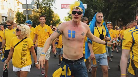 svéd : Active football supporters rushing to stadium to cheer up team in confrontation Stock mozgókép