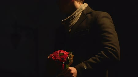 tél : Man waiting for girlfriend with bunch of flowers, throwing bouquet, failed date