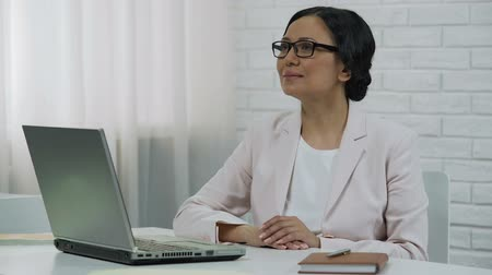 удовлетворения : Asian business lady typing on laptop, beginning startup, successful project