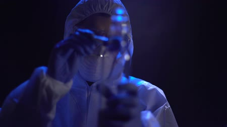 evidência : Criminalist lifting fingerprints from bottle at crime scene, search for evidence Stock Footage