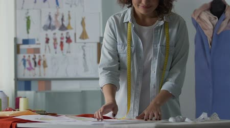 couturier : Young woman imagining her future cloth collection, dressmaking classes, art Stock Footage