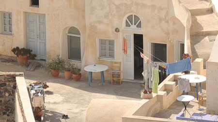 avlu : Courtyard of residential household on summer sunny day, towels hanging on ropes Stok Video