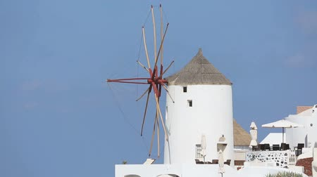 УВР : Decorative windmill standing against blue sky on Santorini, Greece, house rent Стоковые видеозаписи