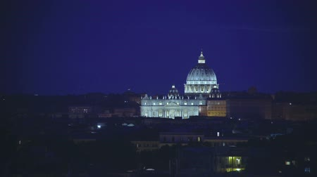 바티칸 : View of brightly illuminated at night Papal Basilica of St Peter in Vatican
