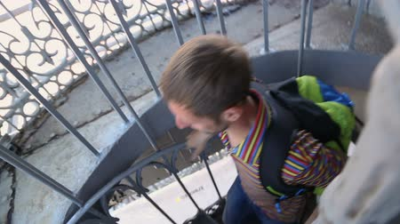 lizbona : Backpacker climbing up tight spiral staircase to look at city from bird eye view