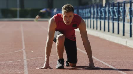 começando : Strong man starts running from crouch start, track-and-field athletics, sport