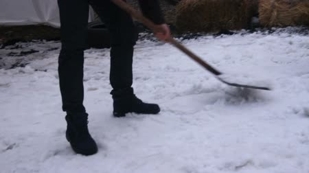 área de trabalho : Man with shovel clearing area near his house from snow and ice, cold winter