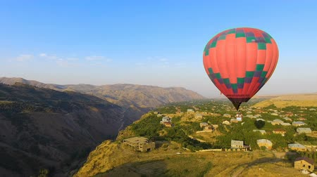 dirigível : Hot air balloon flying over beautiful Armenian Halidzor village and mountains