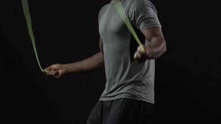 corda : Gym instructor showing skipping rope techniques, high intensity, burning fat