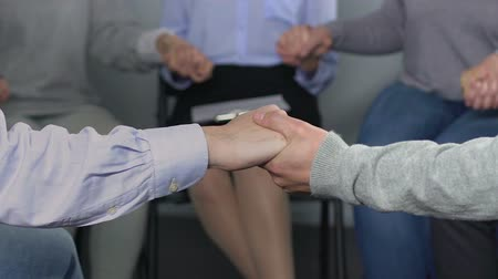 önlemek : Therapist dealing with firm employees in order to avoid conflicts, teambuilding