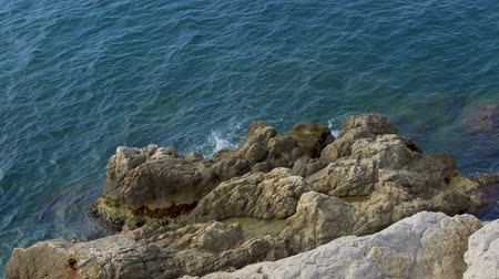 бросаясь : Calm sea waves washing rocky cliff, beautiful nature, relax and recreation