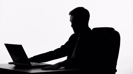agressivo : Silhouette of businessman furiously hitting his table, business deal failure