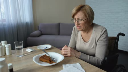 слабый : Depressed senior woman feeling lonely in nursing home, refusing to eat, old age