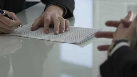 扱う : Business man signing purchase contract in negotiation meeting room, cooperation
