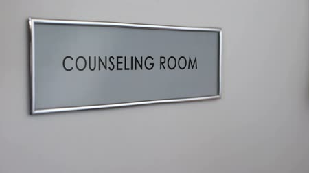 psycholoog : Counseling kamer deur, hand kloppen close-up, gezinstherapie, steungroep