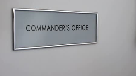 elnök : Commander office door, hand knocking closeup, company authority, leadership Stock mozgókép