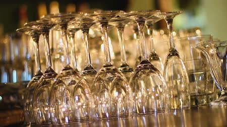 şarap kadehi : Row of transparent wine glasses standing on bar counter, luxury catering service Stok Video