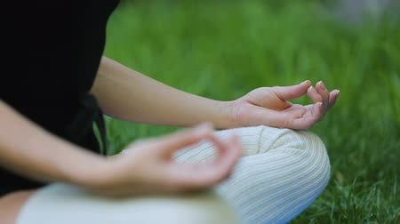 életerő : Woman meditating in the park, unity with nature, healthy outdoor exercises