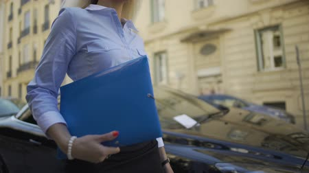 документация : Successful female employee of audit firm going to check documentation of company