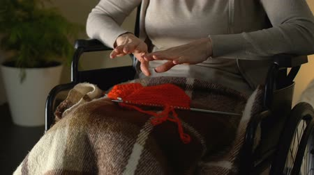 gergin : Trembling female hands trying to take knitting needles, Parkinsons disease Stok Video