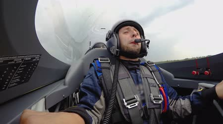 летчик : Super extreme flight with loop, male passenger showing thumbs up at cockpit Стоковые видеозаписи