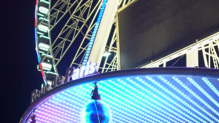 gigantikus : Roue de Paris French sign with changing lights at gleaming Big Wheel entrance Stock mozgókép