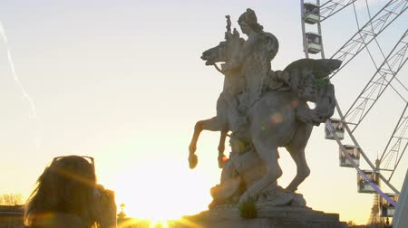 pegaz : Pegasus Equestrian statue and Big Wheel in Paris, signtseeing in France Wideo