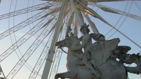 pegaz : Pegasus Equestrian statue in front of Big Wheel at sunset, sightseeing in Paris Wideo