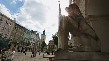 pinturas : Happy tourists looking at ancient lion monument on Market Square in Lviv city Stock Footage