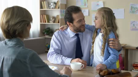 compreensão : Beautiful female kid kissing loving father at kitchen, family conversation