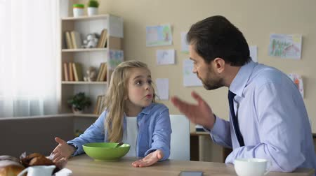 flocos de milho : Strict father talking to daughter at kitchen, parent and child conflict, family Stock Footage