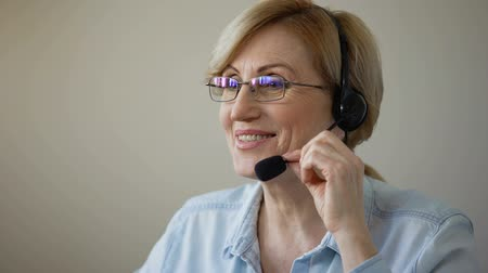 sedmdesátá léta : Attractive woman with headset consulting clients of travel agency, services