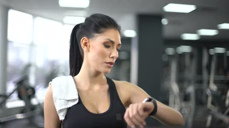 stat : Sport woman checking pulse and burned calories in smartphone, modern technology