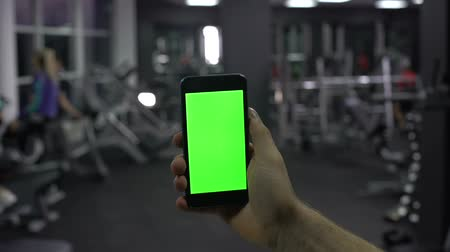 мониторинг : Sportsman checking online smartphone application, monitoring pulse and calories