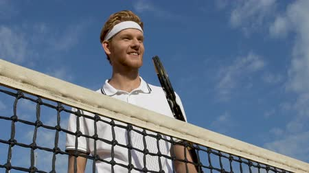 ütő : Happy smiling tennis male player with racket, healthy lifestyle.