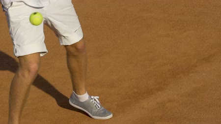 alıcı : Man in white uniform running on tennis court, return ball during tournament