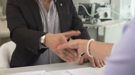 courtier : Businessman buying new apartment and shaking hands with female broker at office Vidéos Libres De Droits
