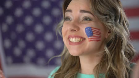 regozijo : Happy American girl cheering with smile on face, supporting candidate, elections Stock Footage