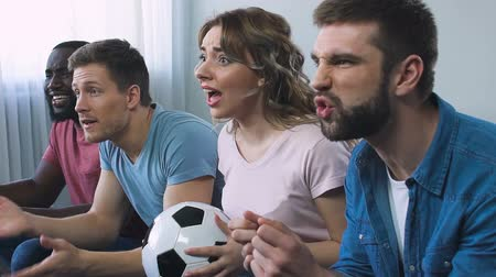 cíle : Football fans roaring for victory of favourite team in championship, slow-mo