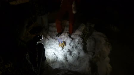 incerteza : People making fire in dark cold forest in winter, surviving after getting lost Vídeos