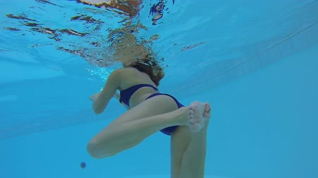 zadek : Bikini girl swimming in pool, relaxing in water at summer resort, aqua fitness Dostupné videozáznamy