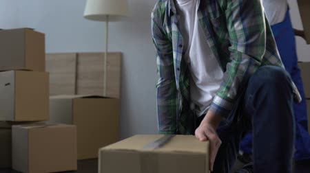 provést : Man from moving service helping client to pack and carry things from apartment