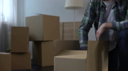 deslocalização : Man packing things moving out from house, labor migration abroad, life changes