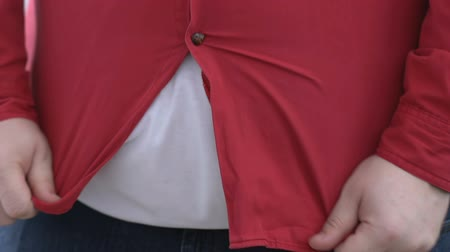 excesso de trabalho : Big belly man buttoning up red shirt and pulling down, self-deception, dieting