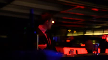 seçkinler : Young businessman approaching bar counter, elite man club, relaxed atmosphere Stok Video