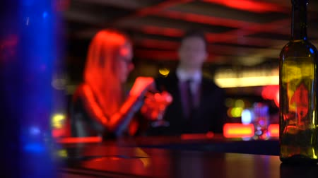 kennismaken : Confident young man meeting pretty woman sitting in bar, search for relations