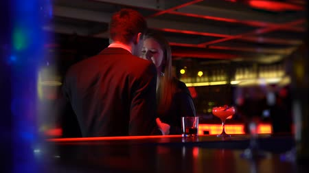 casal : Couple dancing near bar counter, casual acquaintance in club, night lifestyle