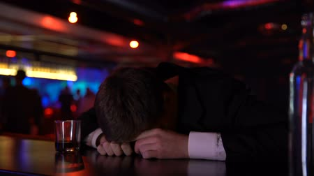gueule de bois : Drunk man sleeping on bar counter, suffering depression, alcohol abuse concept